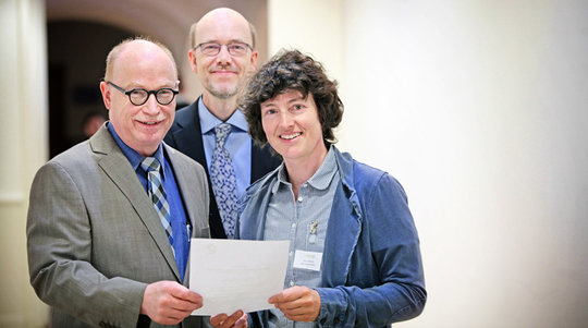At the ceremony in Berlin: Project coordinators Petra Schwille (right) and Kai Sundmacher (centre) with Max Planck President Martin Stratmann