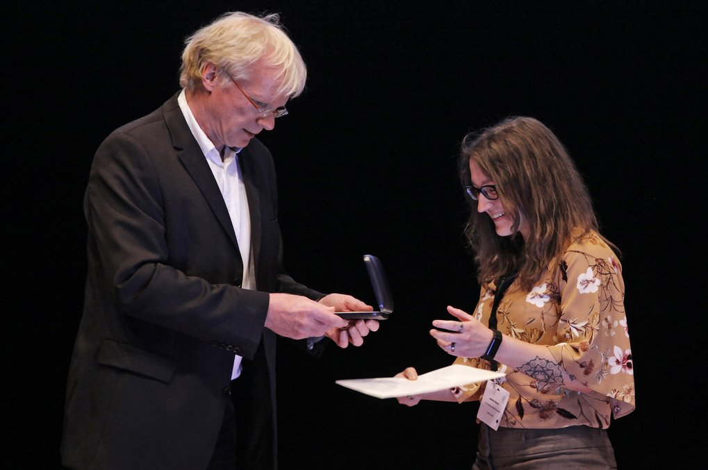 Dr. Jessica Bosch receives the Otto Hahn Medal in June 2018 in Heidelberg, handed over to her by Prof. Dr. Ferdi Schüth, Vice President of the Max Planck Society.
