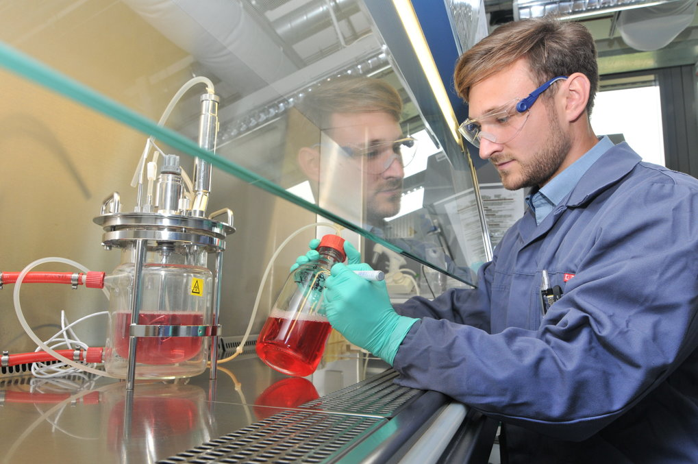 Alexander Nikolay prepares a bioreactor for an experiment at the Max Planck Institute for Dynamics of Complex Technical Systems. In a container of this size, the researchers will be able to produce enough viruses for several million doses of vaccine within just a few weeks.