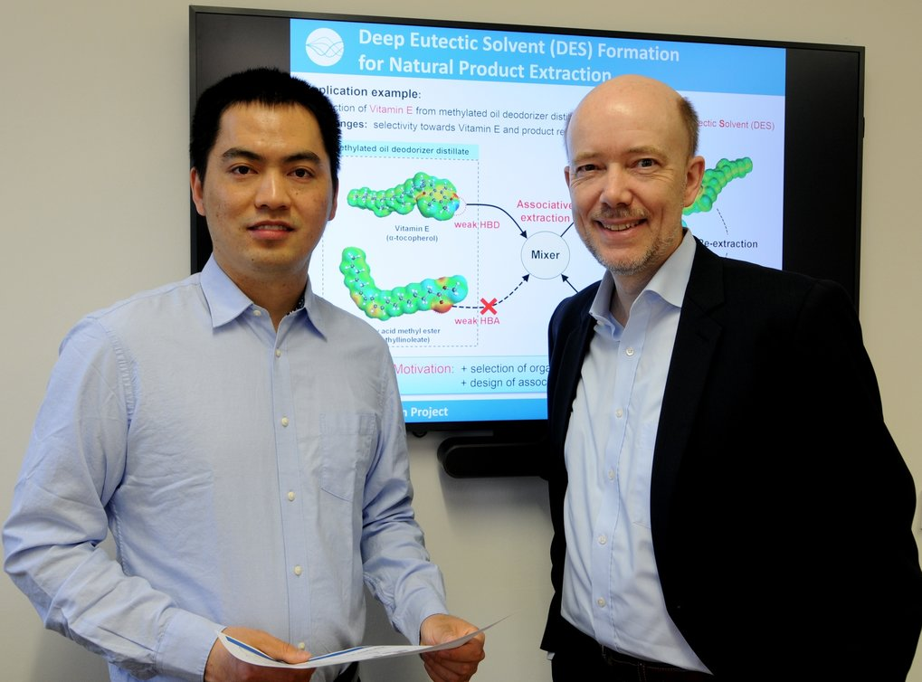 Dr. Zhen Song, project manager, and Prof. Dr.-Ing. Kai Sundmacher, director at the Max Planck Institute for Dynamics of Complex Technical Systems Magdeburg and Professor at the Otto von Guericke University Magdeburg are discussing first results of the usage of Deep Eutectic Solvents for retrieving Vitamin E.